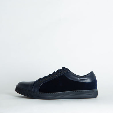 Casual low-top sneakers in blue velvet and darker blue leather.