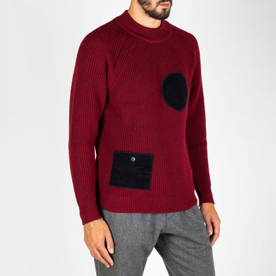 Basic bordeaux crewneck with two distintive black front pockets.