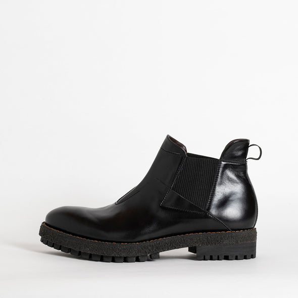 Comfy flat ankle boots in black leather.