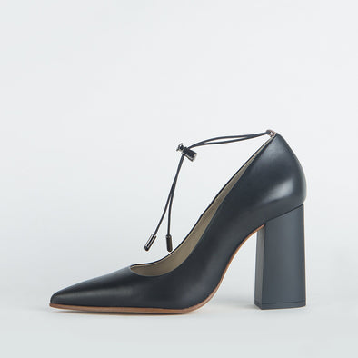 Pump heels in black leather with an elegantly thick mate heel.