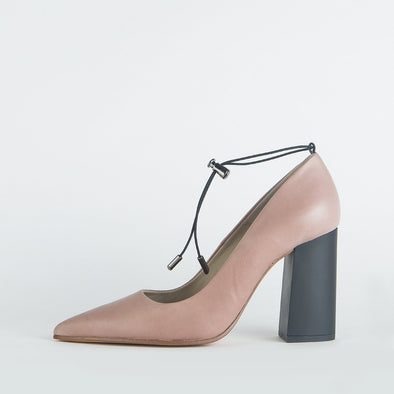 Pump heels in mauve-nude leather with an elegantly thick mate heel.
