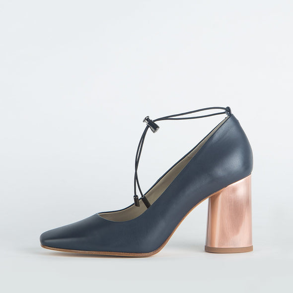 Pump heels in navy blue leather with a round copper heel.