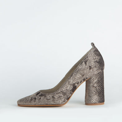 Textured pumps with natural reflections which sparkle boldness and sophistication.
