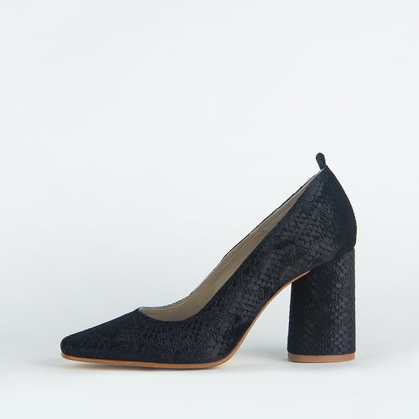 Textured black pumps with natural reflections which sparkle boldness and sophistication.