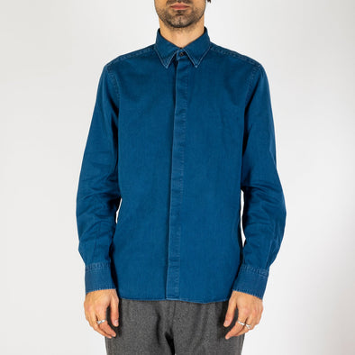 Minimalist and timeless blue denim shirt.