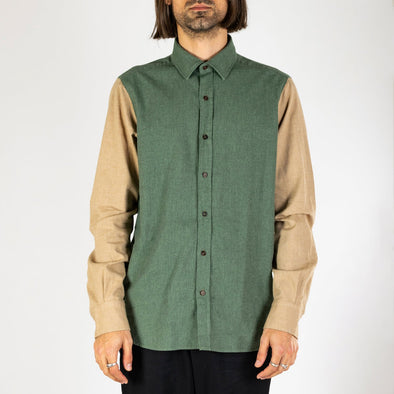 Minimalist and timeless bombershirt in green and beige.
