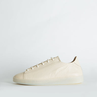Unisex minimalist sneakers in off-white leather.