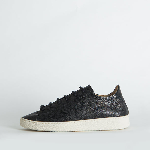 Unisex minimalist sneakers in black leather.