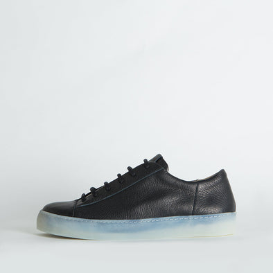 Unisex minimalist sneakers in black leather with a distinctive sole.