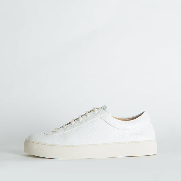 Unisex minimalist sneakers in white leather with a light nude sole.