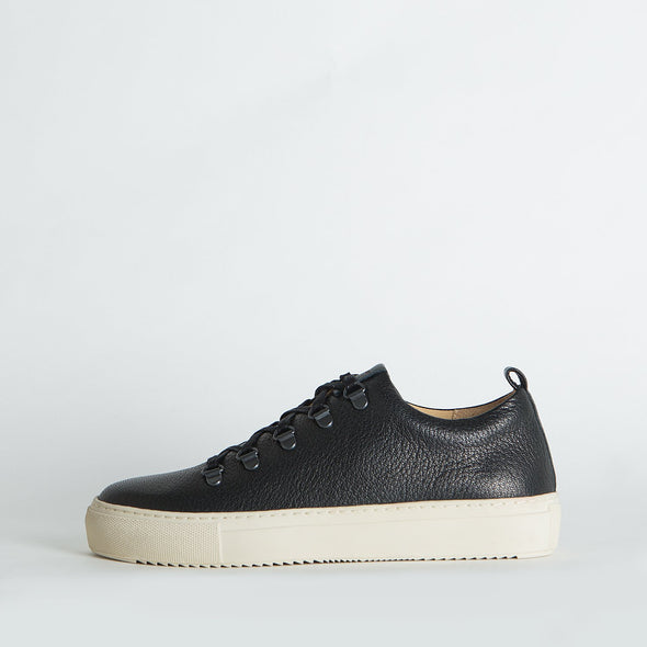 Unisex minimalist sneakers in black leather with an off-white sole.