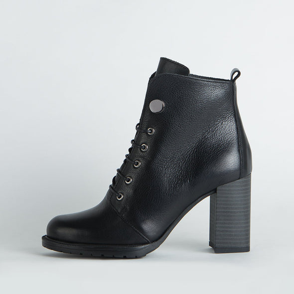 Heeled lace-up boots in black leather.