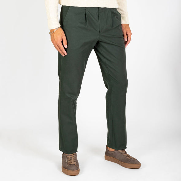 A smart-casual trouser with 2 reverse welt pockets and small pleats to the front waist area.