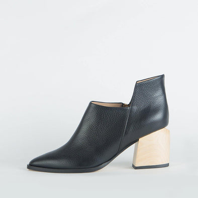 Geometric pointed toe ankle boots in black leather.