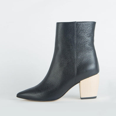 Pointed toe wrinkle ankle boots in black leather.