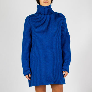 Short long sleeved knitted dress in bright blue.