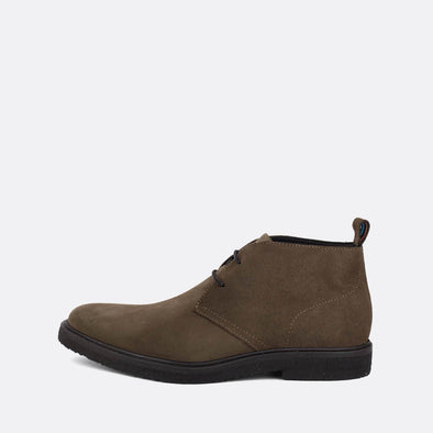 Unisex chukka boots in khaki suede.