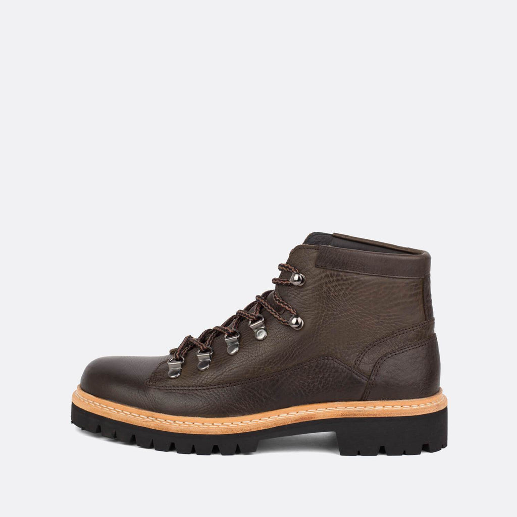Unisex lace-up boots in brown leather.