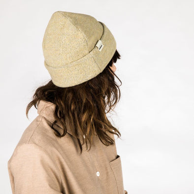 Oversized cap in soft yellow wool.