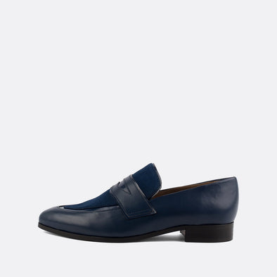 Navy blue smart loafers in leather and suede.