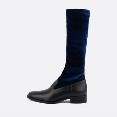 Flat knee high boots in black leather and blue velvet.