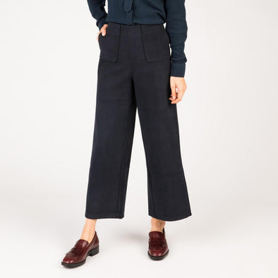 Navy blue loose high-waisted trouser with two side pockets.