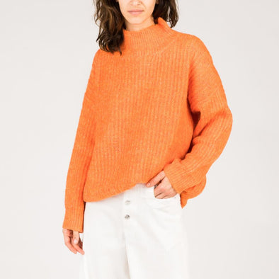 Orange sweater with large sleeves and oversize cut.