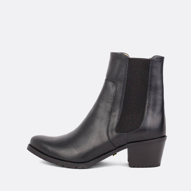 Short heeled elegant ankle boots in black leather.