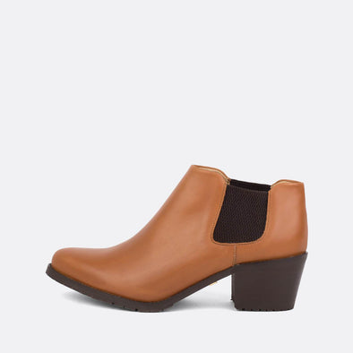 Short heeled elegant ankle booties in camel leather.