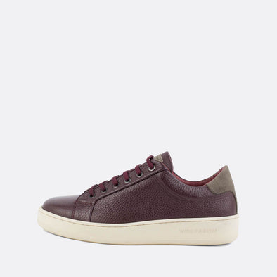 Low-top minimalist sneakers in bordeaux textured leather and grey suede panels.
