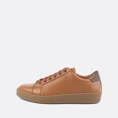 Low-top minimalist sneakers in camel textured leather and taupe suede panels.