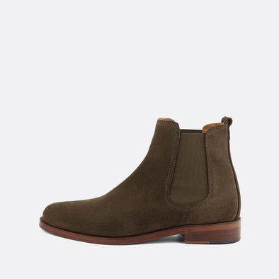 Minimalist chelsea boots in brown suede.