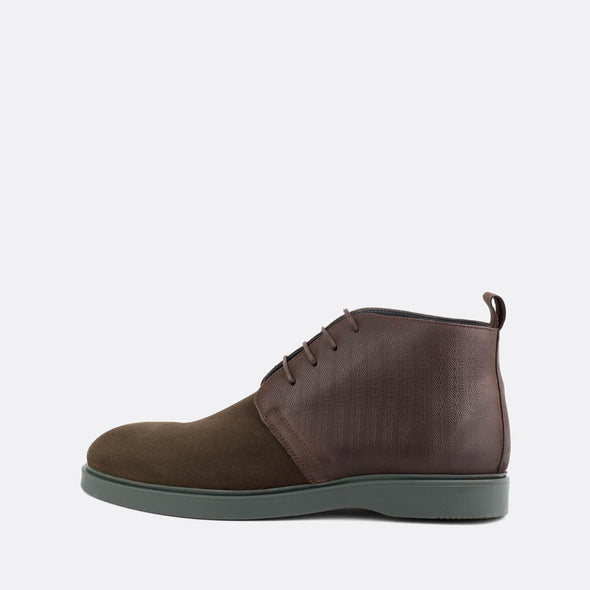 Casual chukka boots in brown suede and leather.