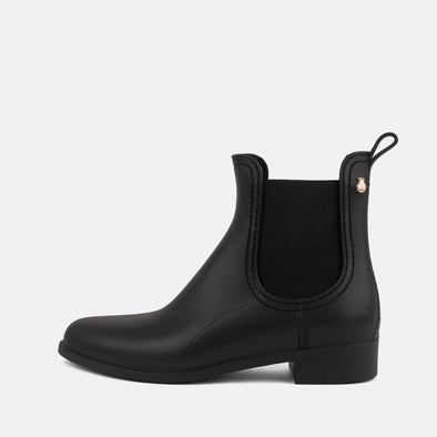 100% animal friendly black chelsea boots with matt finishing.