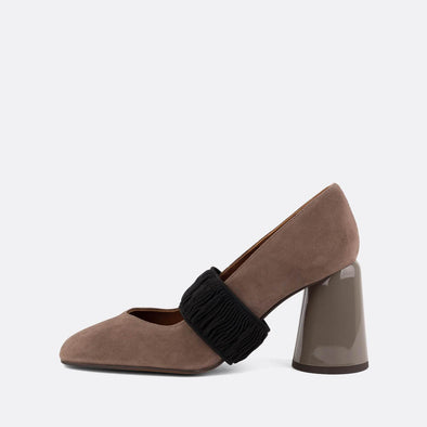 Decollette heeled shoes in black suede with elastic fastener.