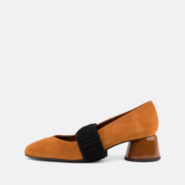 Decollette heeled shoes in camel suede with elastic fastener.
