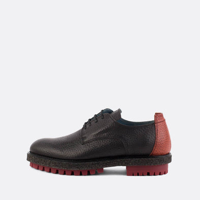 Black leather derby shoes with bordeaux details.