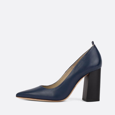 Heeled pumps in oxford blue leather.