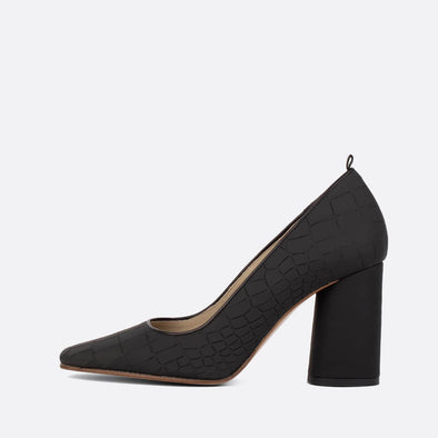 Heeled pumps in textured black leather.