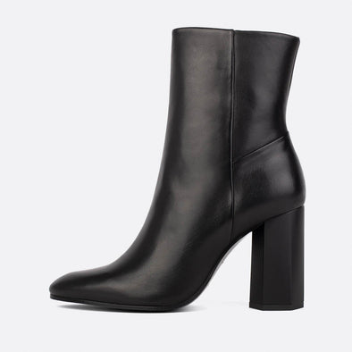 Heeled ankle boots in black leather.