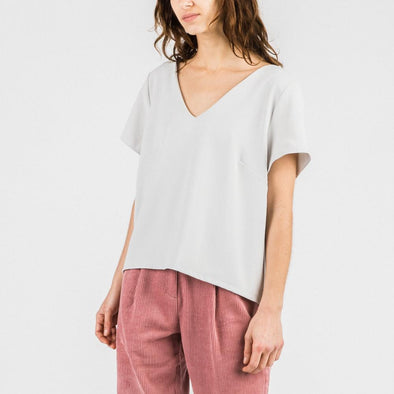 Light grey backless V minimal t-shirt.