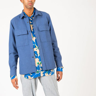 Timeless thick blue shirt with 2 front pockets.