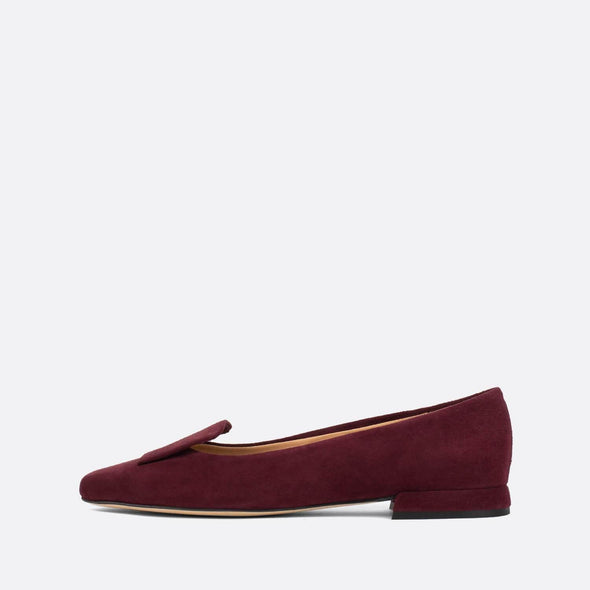 Sophisticated flat loafers in bordeaux suede.