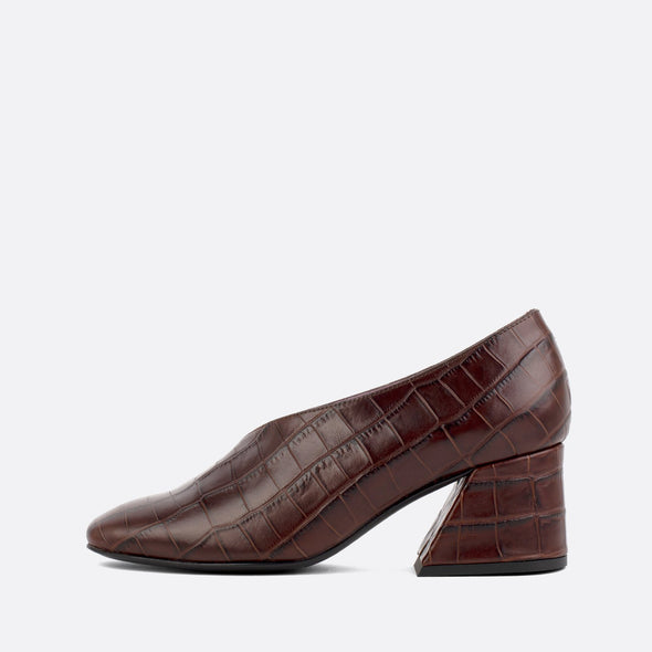 Brown square toe pumps in crocodile embossed leather.