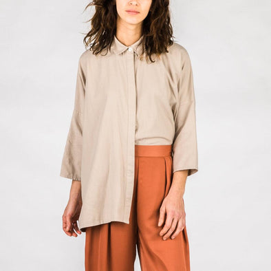 Taupe oversized organic cotton shirt with lapel collar, hidden front buttons and 3/4 sleeves.