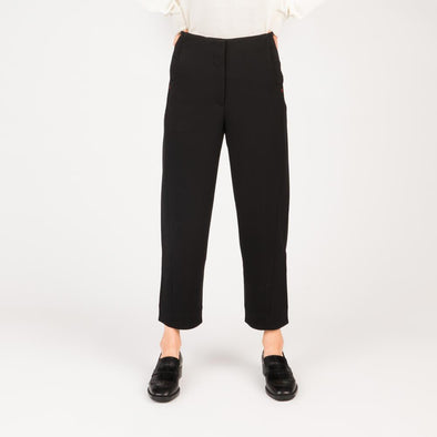 Low elastic black twill ankle trousers.