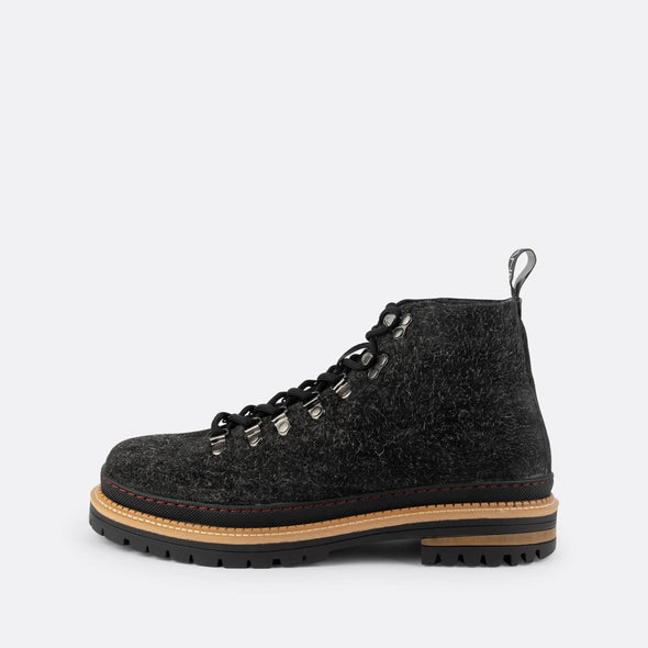 Lace-up boots in black wool.