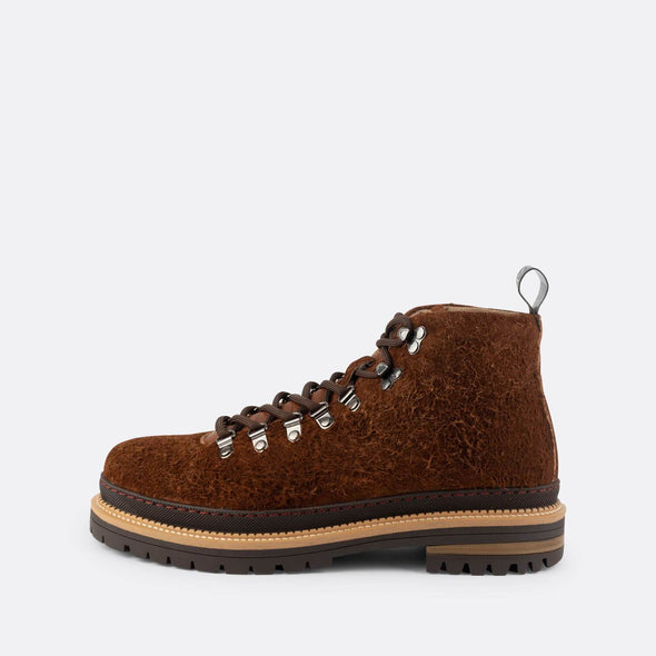 Lace-up boots in brown wool.