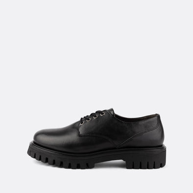 Derby shoes with black laces in 100% black leather.