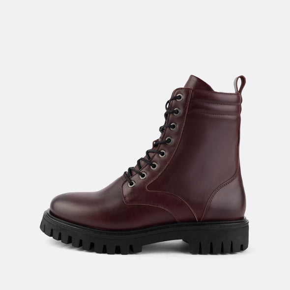 Lace-up flat ankle boots in 100% bordeaux leather.